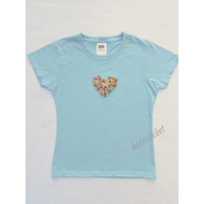 Világoskék gyermek póló horgolt szív díszítéssel 116-os