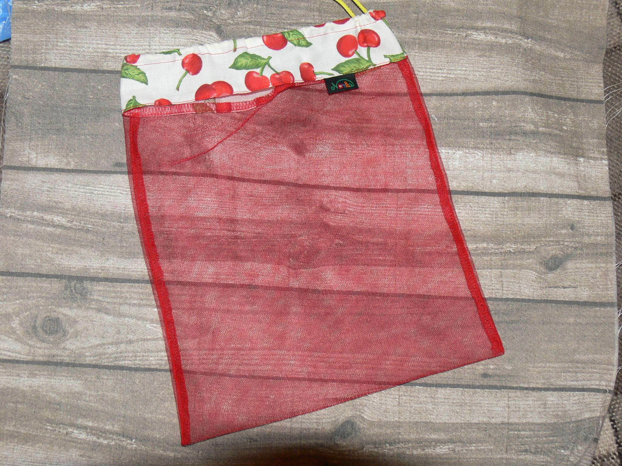 3394f1bb0134 Norka tüllös zsák (25x30 cm) cseresznyés - Zsinóros vászonzsákok/szatyrok -  Pelenkaland